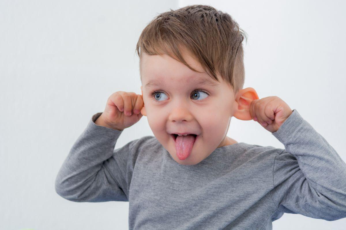 odstające uszy u dziecka